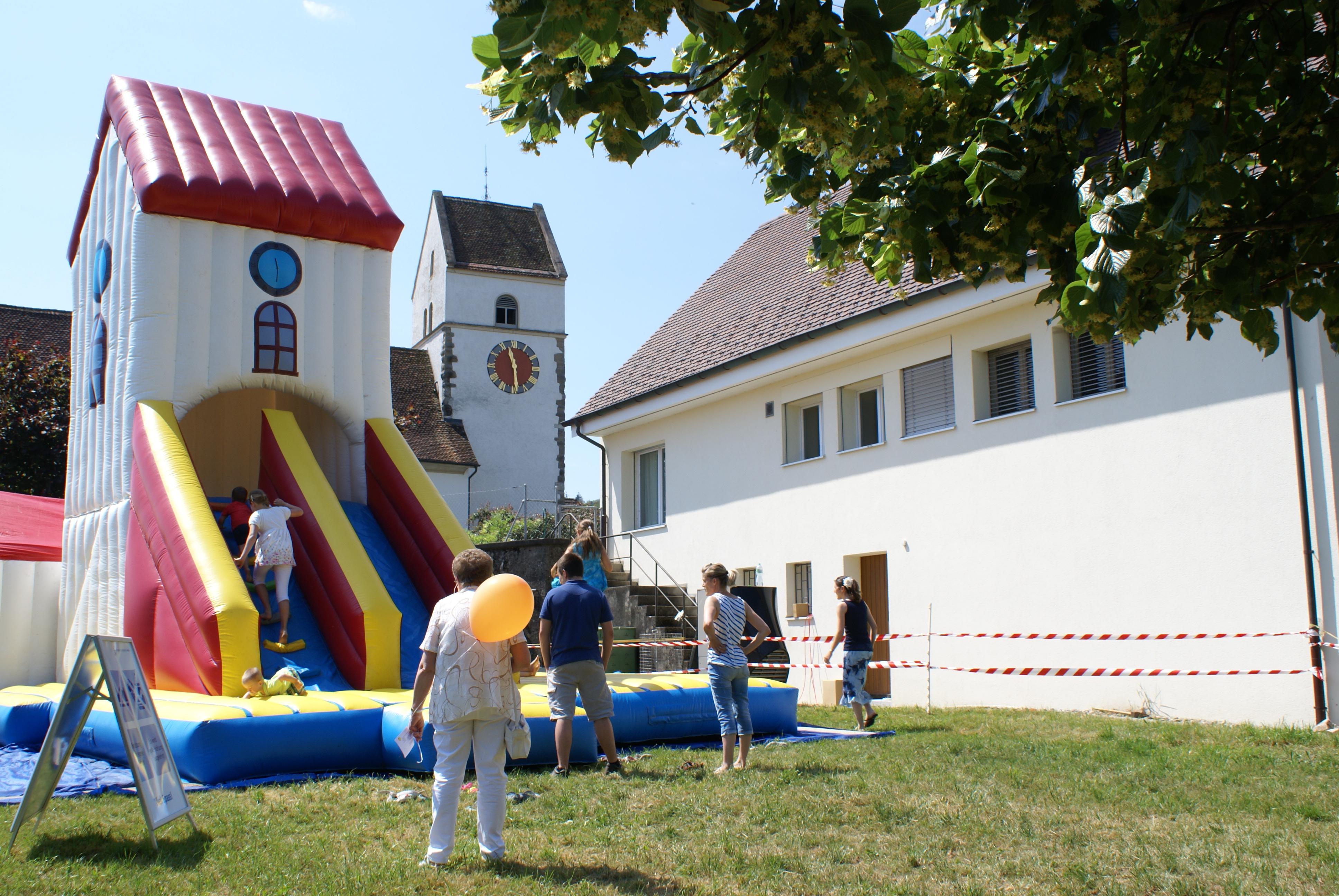 Hüpfkirche und veltner Kirche in Eintracht neben einander